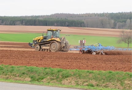 Challenger Raupe mit Grubber bei pflugloser, bodenschonender Bodenbearbeitung
