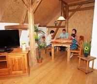 Wohnzimmer mit Sitz- und Essbereich